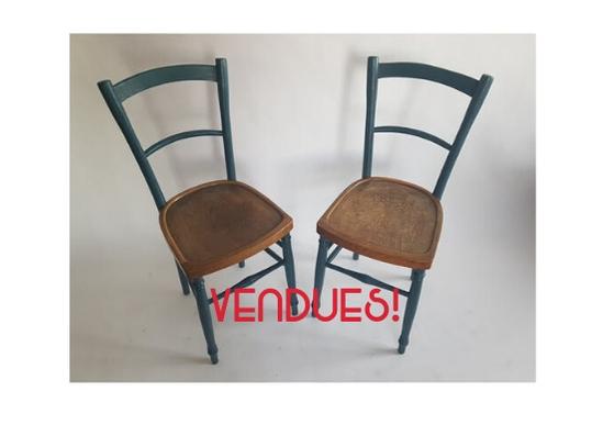 Chaises de bistrot, bois gravé, bleu pétrole